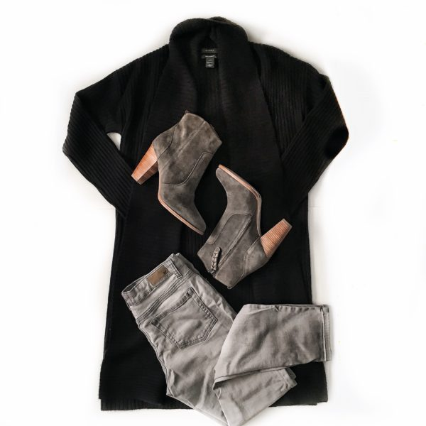 Black ribbed cashmere cardigan | grey jeans | grey boots | see the full details on www.shoppingmycloset.com #falloutfit #grey #black