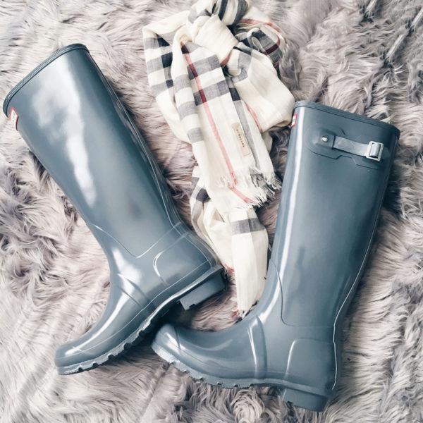 Hunter blue rain boots | checkered Burberry scarf | www.shoppingmycloset.com
