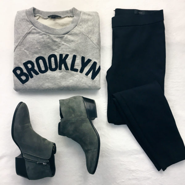 Grey logo sweatshirt | black leggings | grey boots | see all the looks on www.shoppingmycloset.com